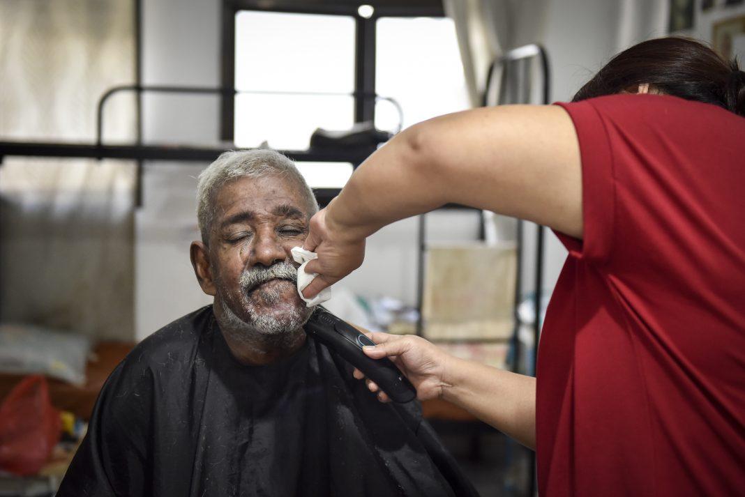Senior gets free haircut during Circuit Breaker