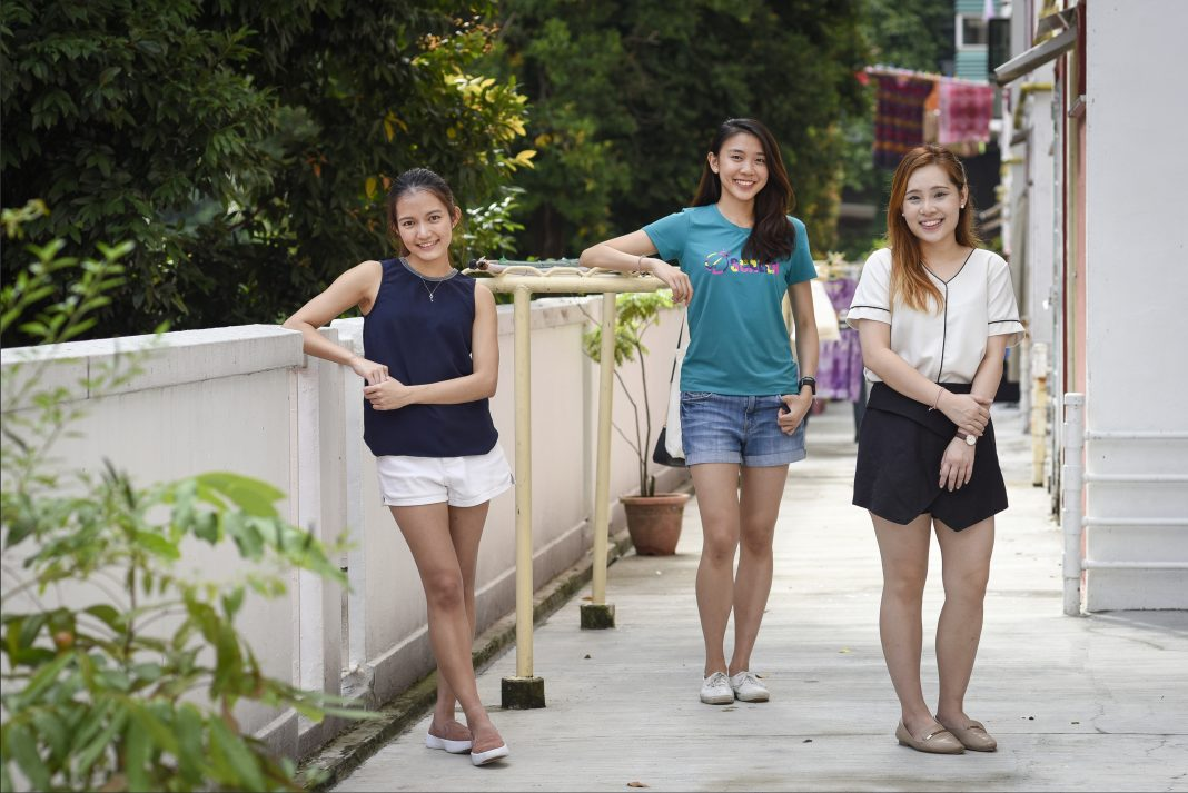 Inspired to help the people in their neighbourhood, Ms Mae Tan, Ms Denise Tay and Ms Michelle Lau set up the #KampungKakis platform – a neighbourhood buddy system to help those affected by the Covid-19 pandemic.