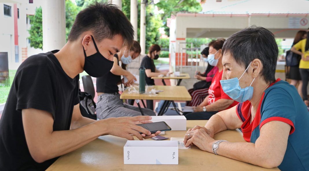 Project Coconut provides seniors with smartphones